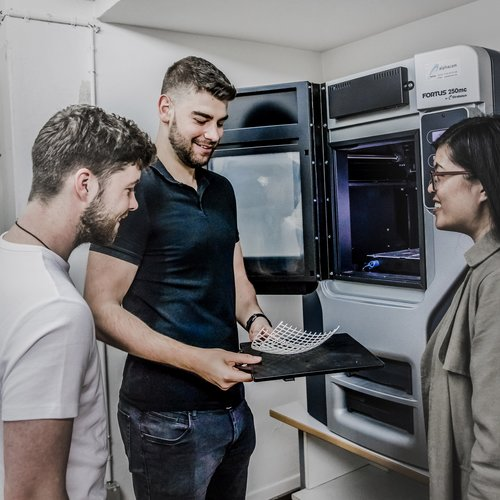 Studenten der Informationslogistik am 3D-Drucker