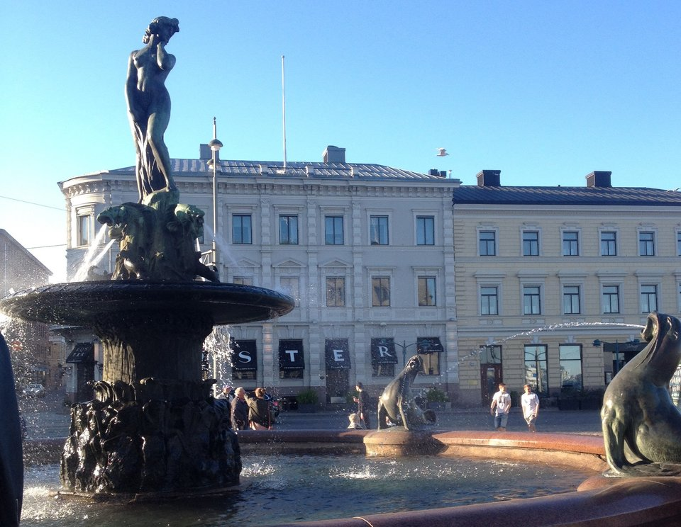 city-view-with-fountain-Helsinki.jpg